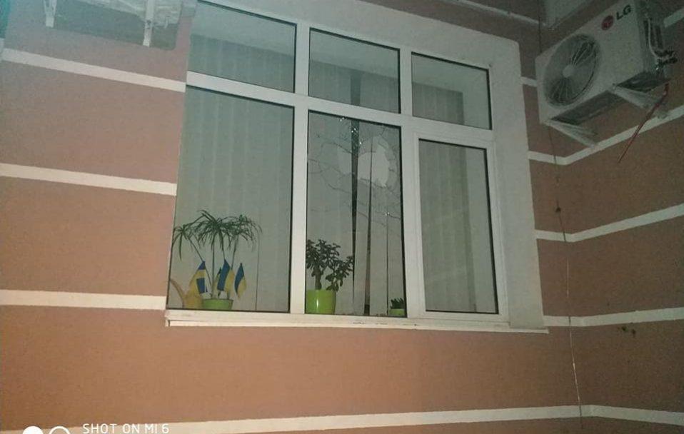 Луцьким муніципалам вночі порозбивали вікна. ФОТО. ВІДЕО