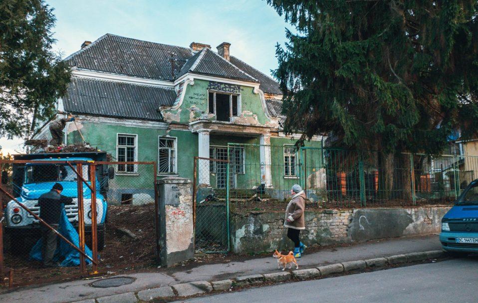 Біля старовинної садиби на Ярощука в Луцьку розчистили хащі. ФОТО