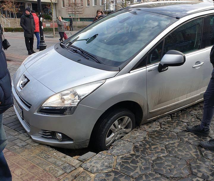 У центрі Луцька під автомобілем провалилася бруківка