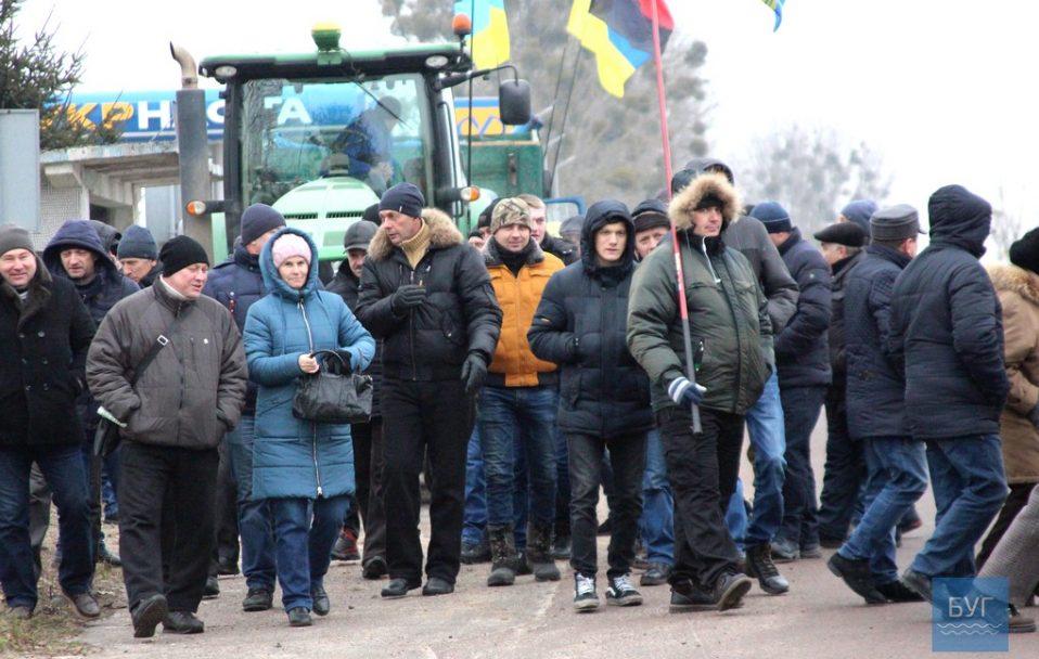 Перед Устилугом перекрили дорогу: волиняни протестують проти продажу землі. ФОТО. ВІДЕО