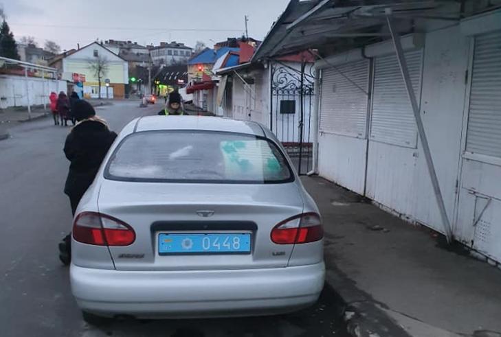 У Луцьку оштрафували поліцейських за неправильну парковку. ФОТО