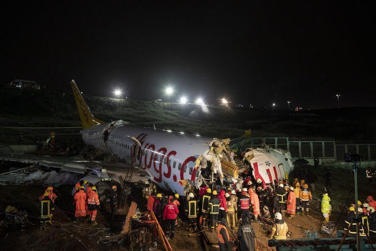 Внаслідок аварії пасажирського літака у Стамбулі загинули 3 людини, 180 постраждали