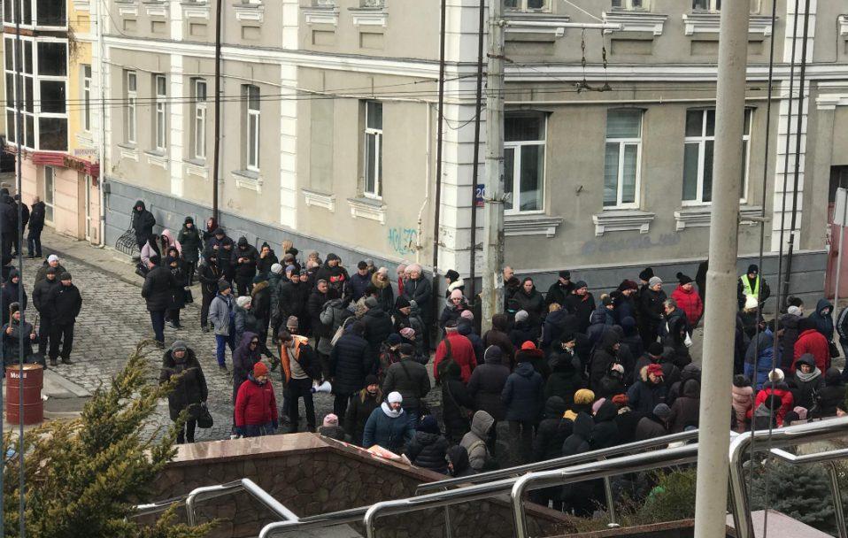 Базарувальники перекрили вулицю Богдана Хмельницького: утворився затор. ВІДЕО
