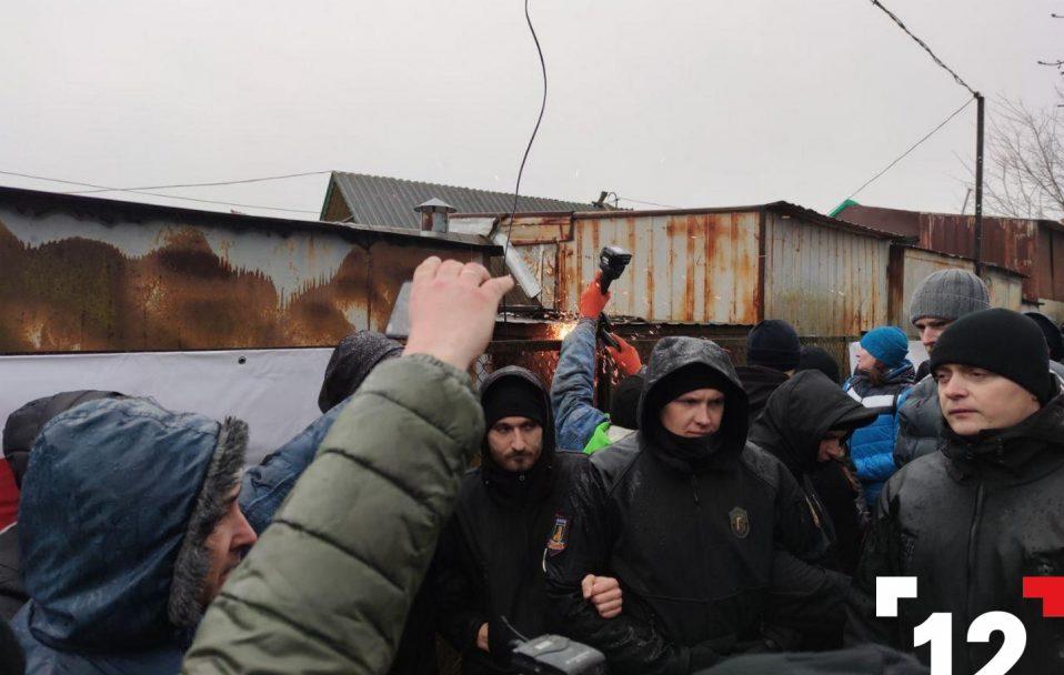 Муніципали зрізають паркан на Старому ринку. ФОТО. ОНОВЛЕНО
