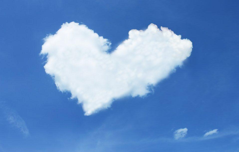"""Винищувач у небі над Луцьком """"намалював"""" серце. ФОТО"""