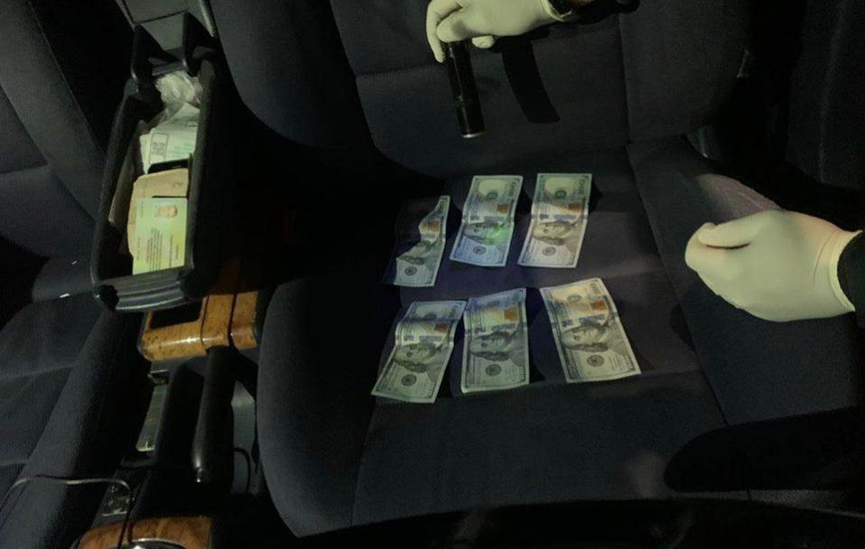 Волинського чиновника спіймали на хабарі 1000 доларів