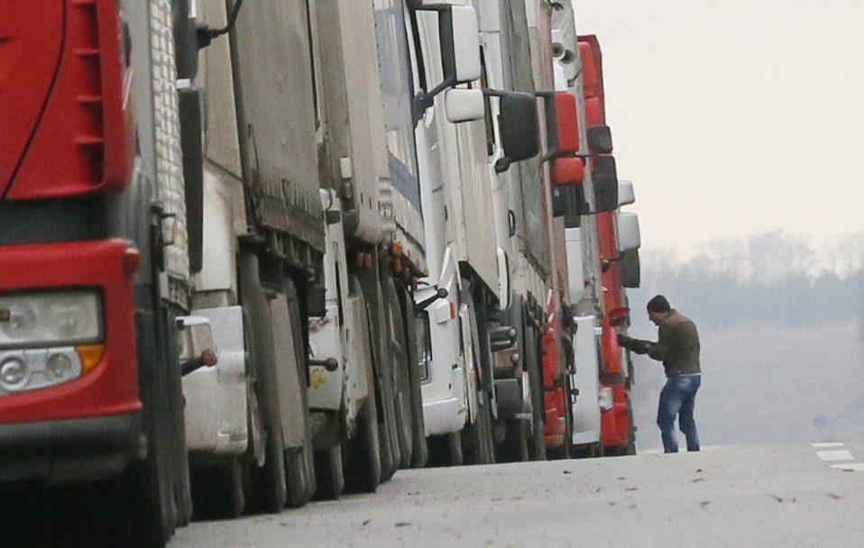 """У черзі на """"Ягодині"""" застрягли сотні вантажівок"""