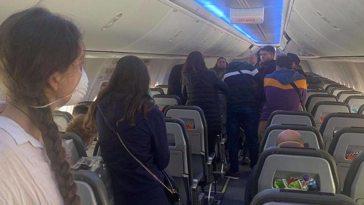 """Туристи з Катару застрягли в літаку в """"Борисполі"""", бо не хочуть в обсервацію"""