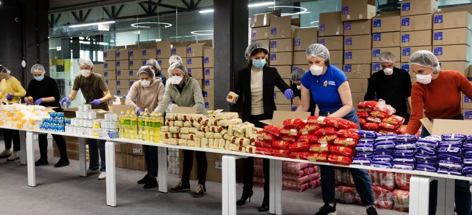 Фонд п'ятого президента України відправив пенсіонерам та людям з інвалідністю тисячі продуктових наборів