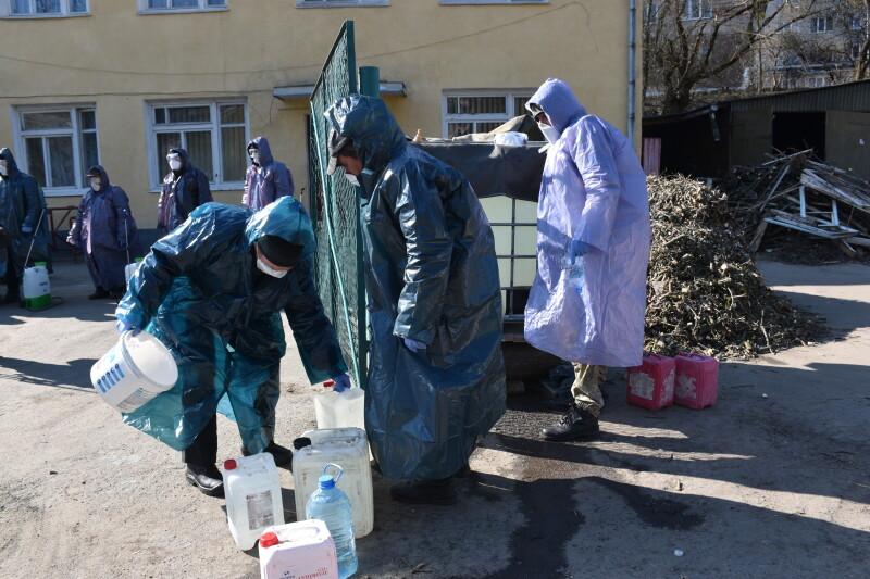 Як у Луцьку проводять дезінфекцію під'їздів. ФОТО