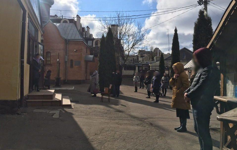 Лучани викликають поліцію через роботу церков