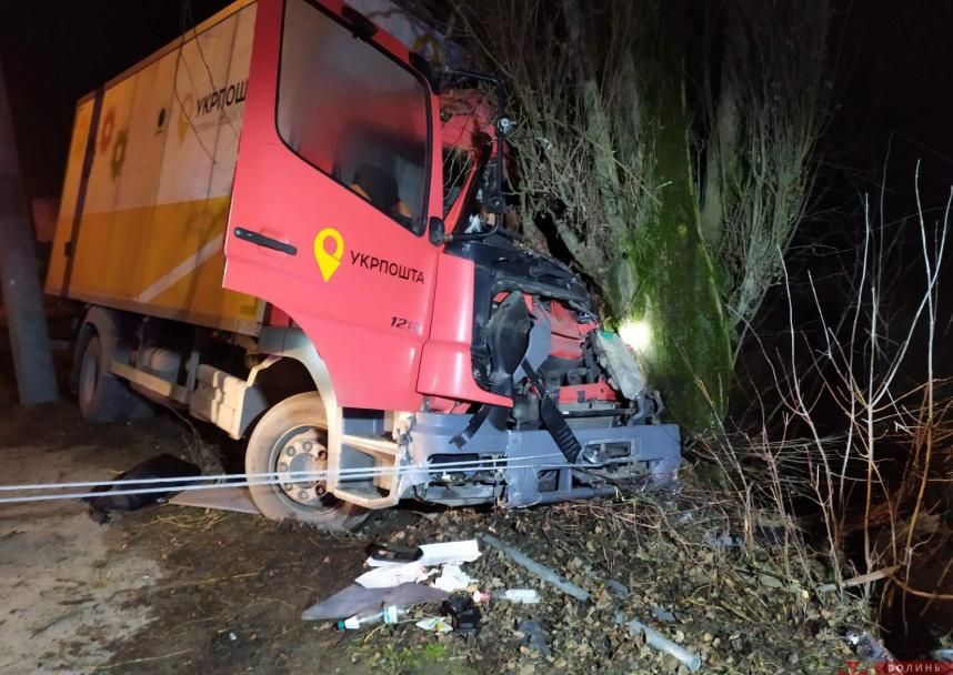 """У Луцьку вантажівка """"Укрпошти"""" влетіла у дерево: водія затисло в кабіні. ФОТО 18+"""