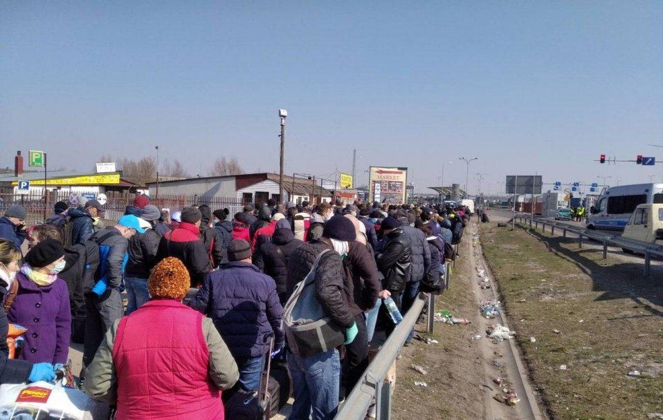 Повно сміття і сотні людей без масок: на Ягодині – величезні черги. ФОТО