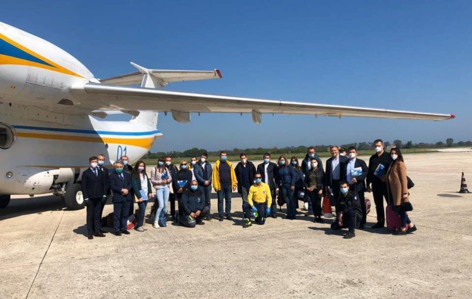 В Україну повертаються лікарі, які три тижні рятували хворих в Італії