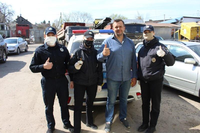 На вулицях Луцька безкоштовно роздають маски та антисептики
