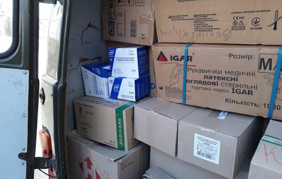 Халати, респіратори, рукавички і окуляри: благодійники допомогли медикам на Ківерцівщині. ФОТО