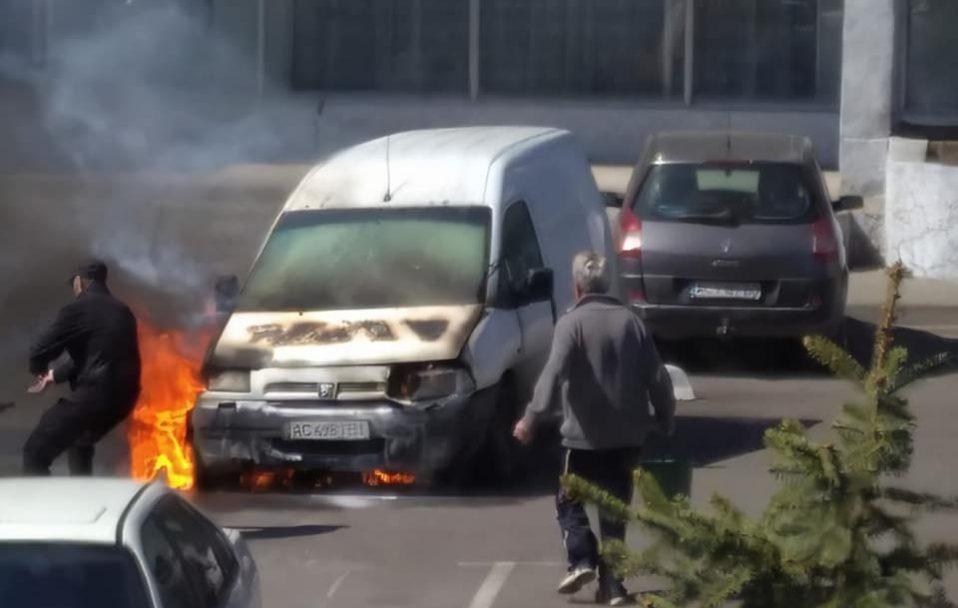 У Луцьку біля ОДА згоріла автівка. ФОТО