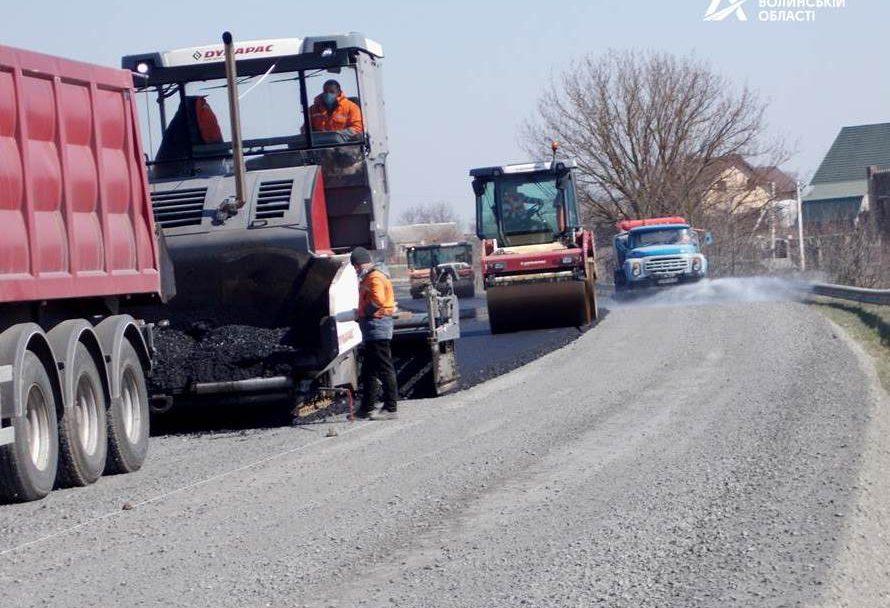 Як ремонутють дорогу біля Луцька. ФОТО