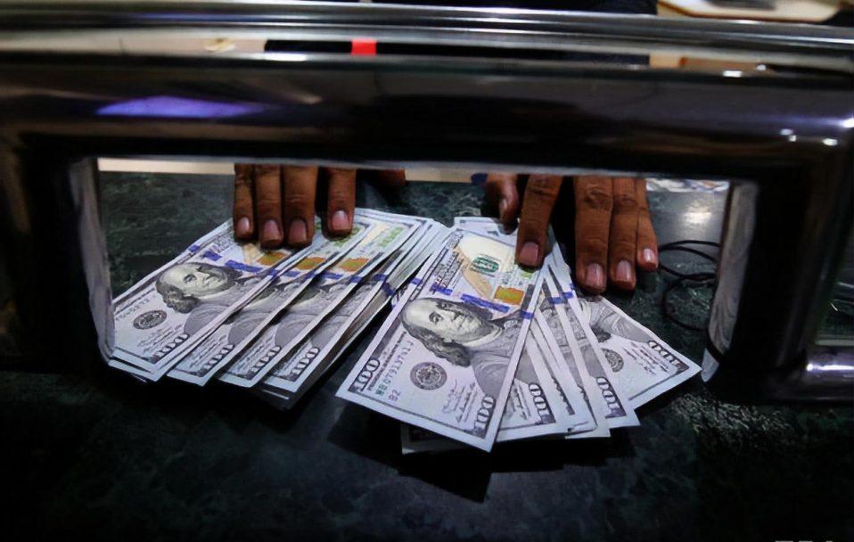 Долар подорожчав на 8 копійок: який курс валют в обмінниках Луцька 15 жовтня