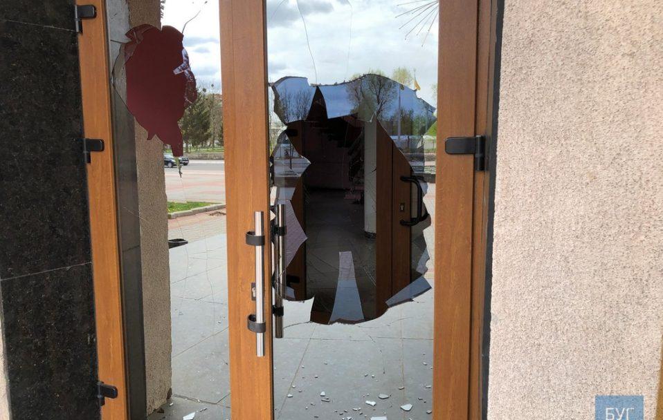 У Нововолинську неадекват побив двері та вікна у міськраді. ФОТО