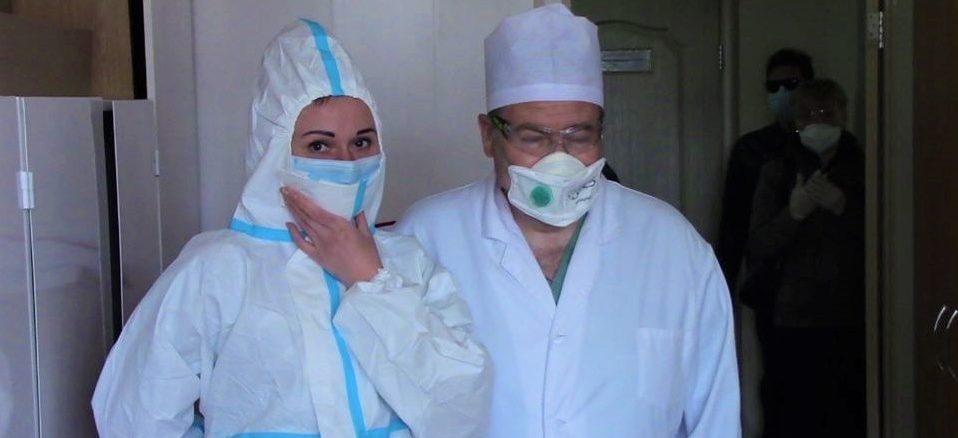 В лікарні вже передали 30 тисяч захисних костюмів від п'ятого президента України
