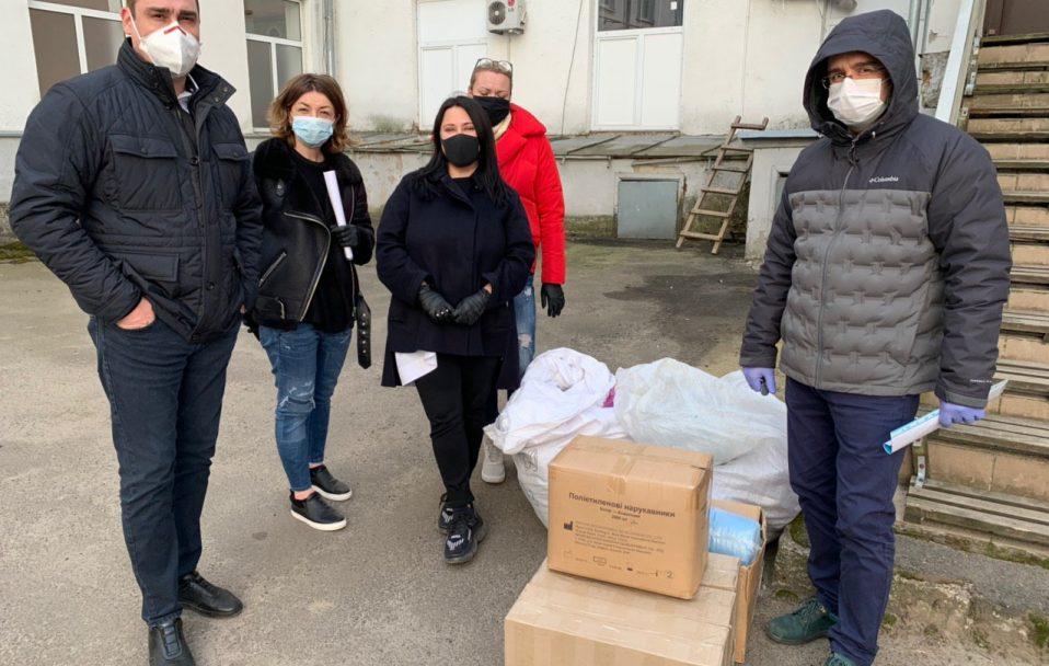 Рукавиці, маски, костюми: волонтери передали волинським медикам засоби захисту