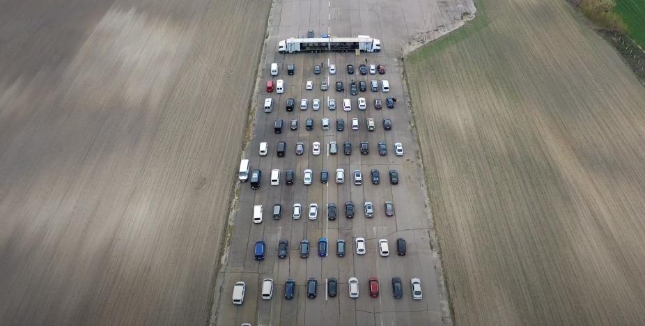 Скільки автівок зібралося на богослужіння на летовищі під Луцьком. ВІДЕО