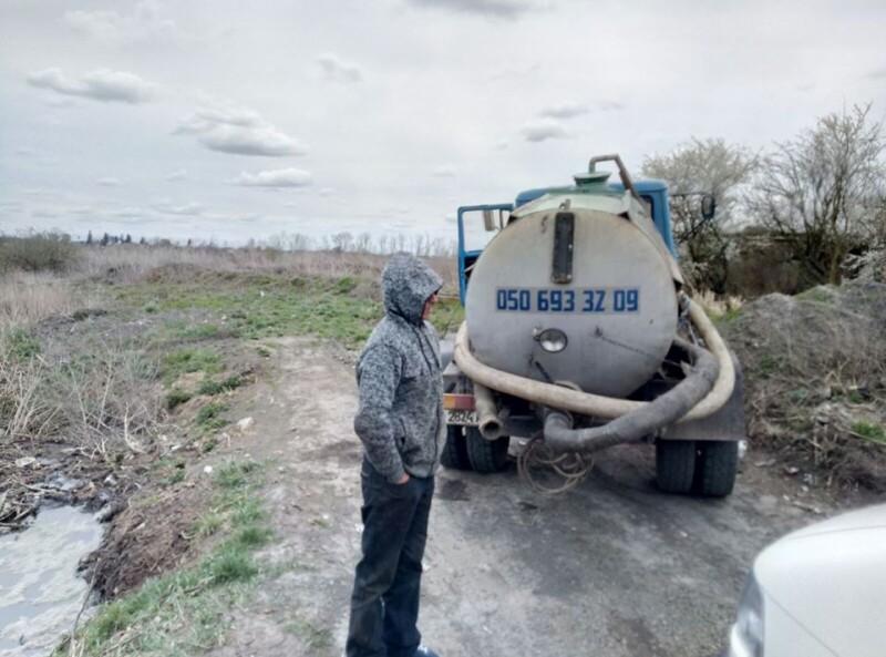 Біля Луцька зловили вантажівку, яка зливала нечистоти в поле. ФОТО