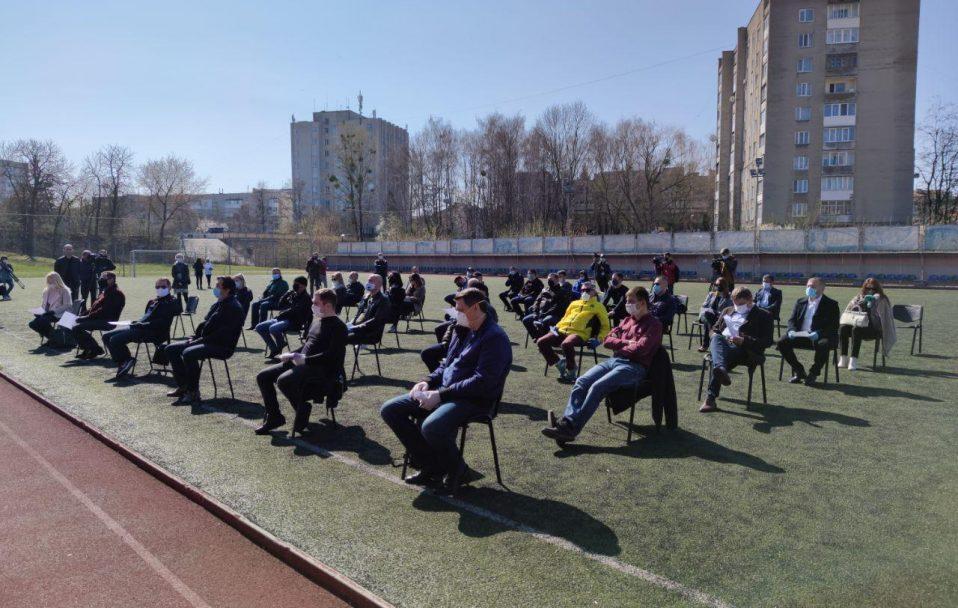 Сесію Луцькради вперше проводять на стадіоні. ФОТО