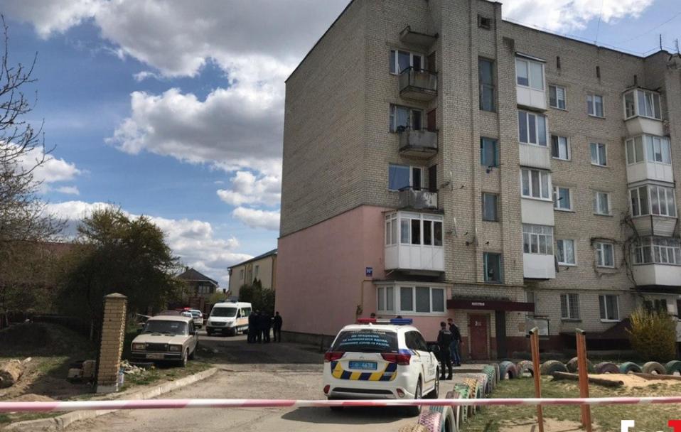 Біля багатоповерхівки в Луцьку знайшли тіло чоловіка
