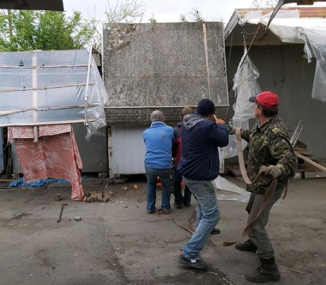 Демонтаж триває: як з Центрального ринку у Луцьку вивозять контейнери. ФОТО