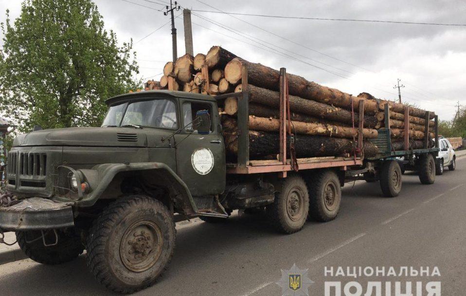 Зняли арешти з 3 вантажівок із лісом, яких раніше затримали на Волині