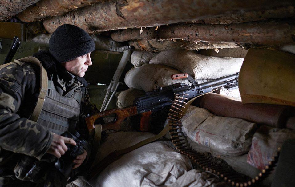 На Донбасі не вщухають обстріли: поранені двоє бійців