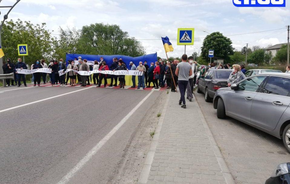 У Заборолі біля Луцька люди перекрили дорогу. ФОТО