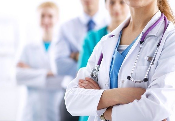 Розповіли, чому не всі українські медики отримали потрійну доплату до зарплати