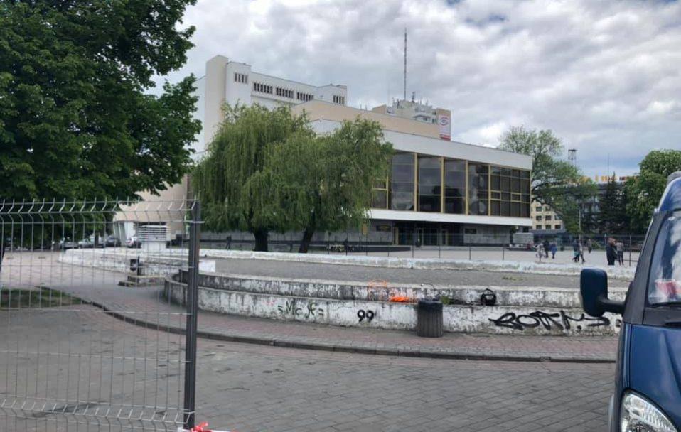 З Театрального майдану у Луцьку забирають бетонне корито. ФОТО