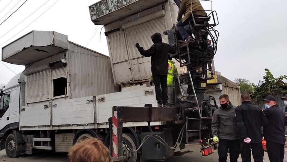 Муніципали зносять контейнери на Центральному ринку. ФОТО