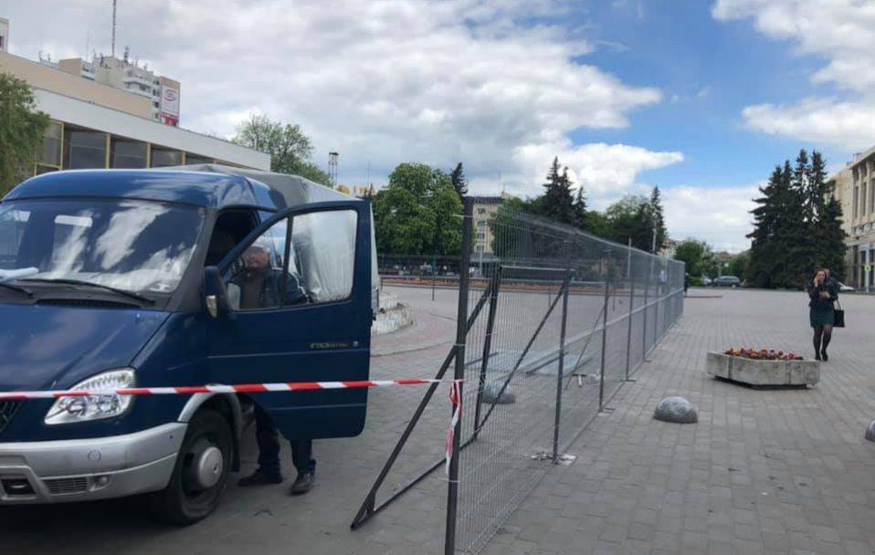 """Як зносять """"бетонне корито"""" у центрі Луцька. ВІДЕО"""