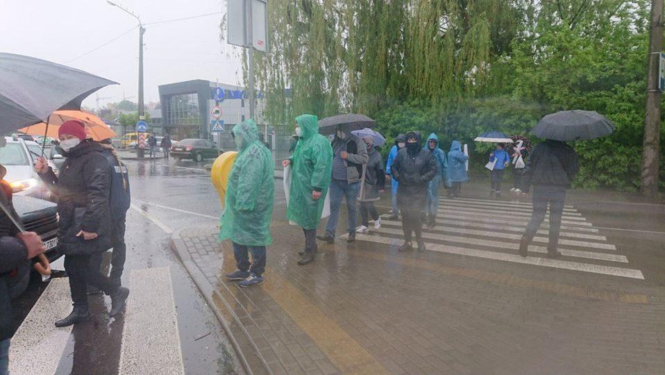 У Луцьку базарувальники знову перекрили дорогу. ФОТО