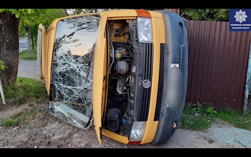 На Волині 20-річний водій мікроавтобуса врізався у легковик. ВІДЕО