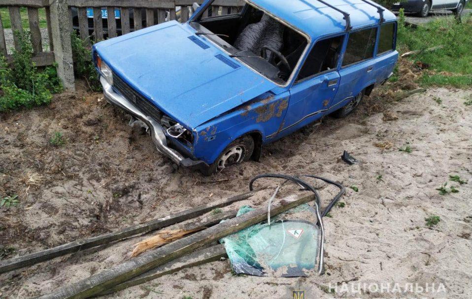 На Волині автівка влетіла у бетонну огорожу: 18-річний водій – у реанімації