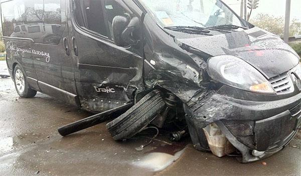 У Нововолинську стукнулися мікроавтобус та легковик, постраждала дівчина. ФОТО