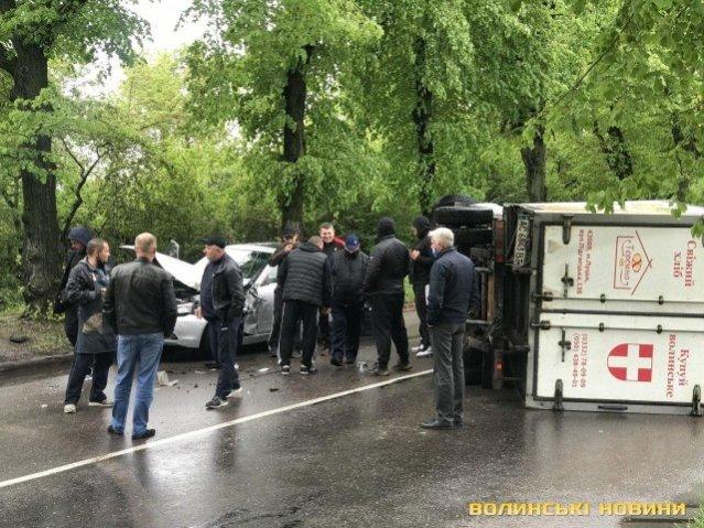 У Луцьку – ДТП: перекинулася вантажівка з хлібом