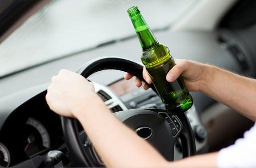 """У Луцьку п'яний водій на """"бляхах"""" влетів у припарковане авто. ВІДЕО"""