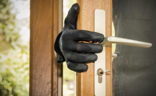 Чоловік зі співмешканкою пограбували будинок в селі на Волині