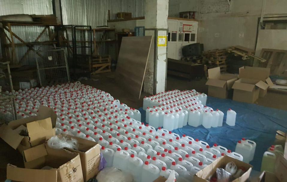 На складі у Луцьку знайшли 3000 літрів фальсифікованих антисептиків.ФОТО