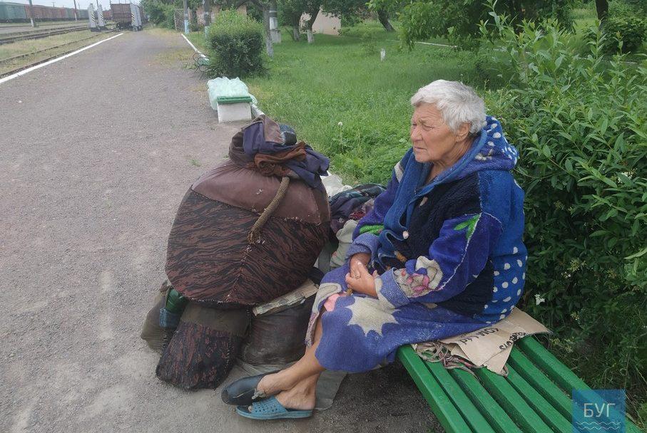 На лавочці волинської станції більше місяця живе невідома бабуся. ФОТО