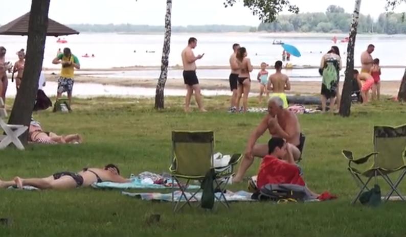 Карантинне літо: пляжі Світязя заполонили відпочивальники. ВІДЕО