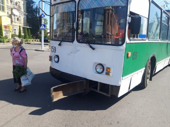 У Луцьку – аварію за участю тролейбуса. ФОТО