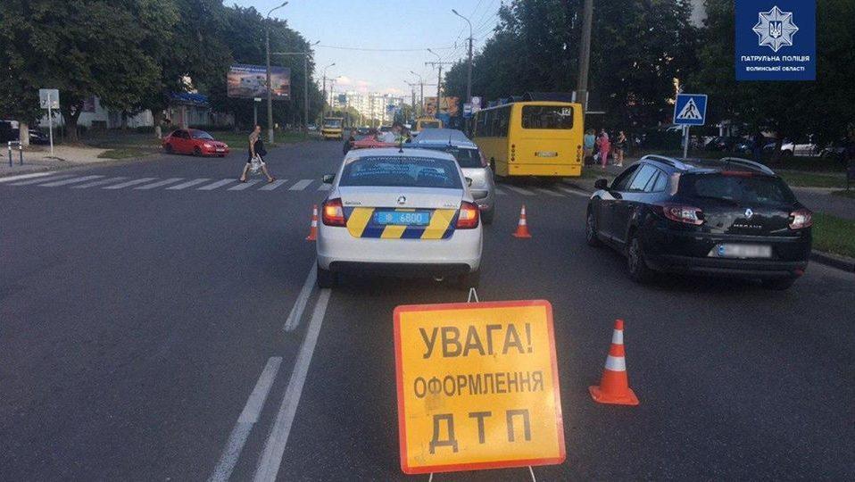 У Луцьку сталася ДТП: пасажира забрали у лікарню. ФОТО